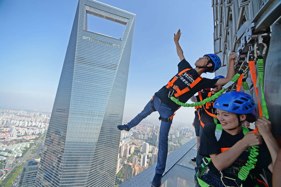 Daredevils brave record Shanghai skywalk