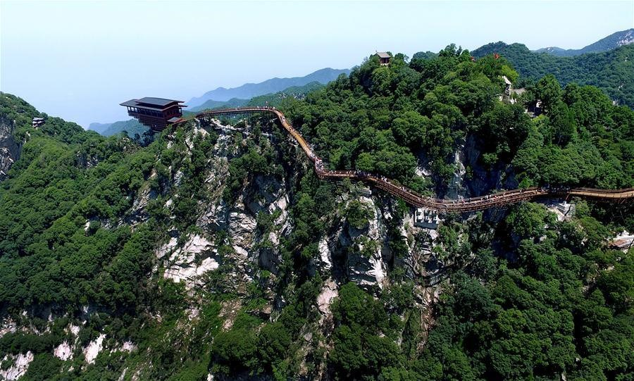 Glass pathway in NW China's Shaohuashan attracts tourists