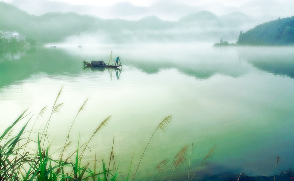 Xin'an River shrouded in mist before dawn