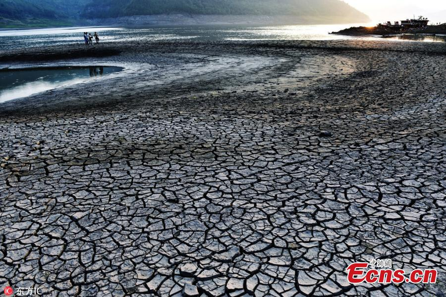 Cracked Yangtze riverbed in SW China