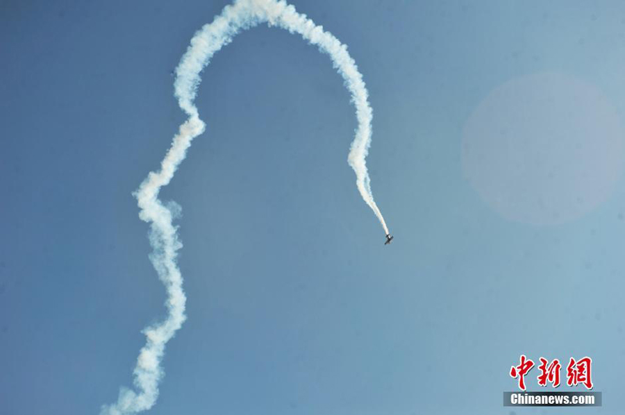 Acrobatic plane crashes in NW China, pilot killed