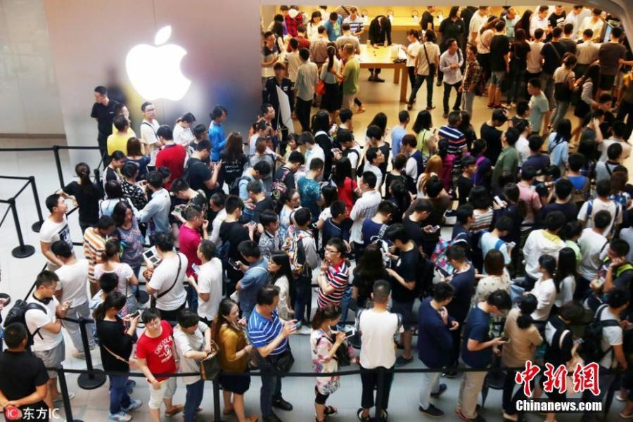 Fans across China queue up for iPhone 7
