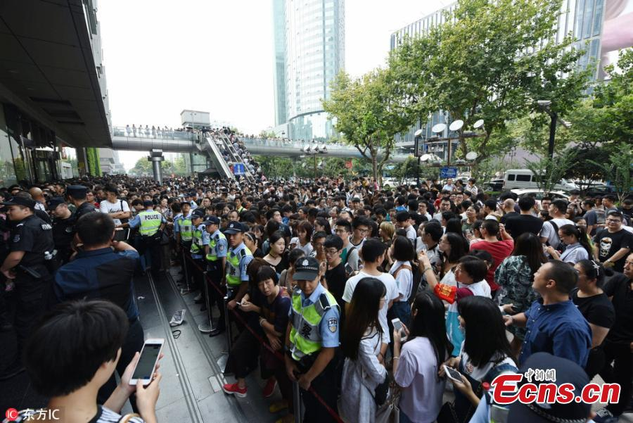 Big sale draws flocks of customers in Hangzhou
