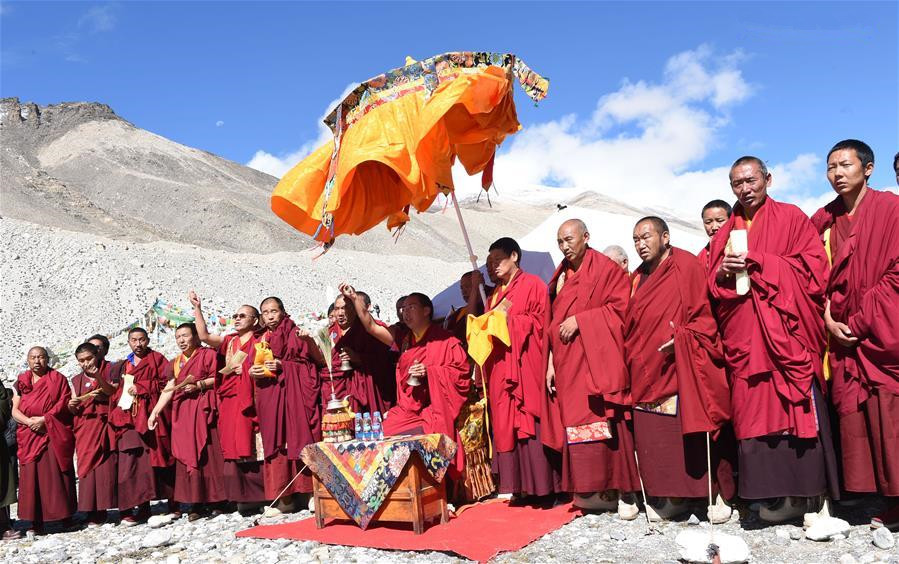 11th Panchen Lama visits Mount Qomolangma