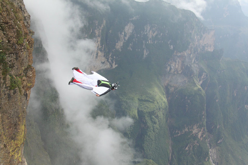 Daredevils warm up for wingsuit jumping world cup