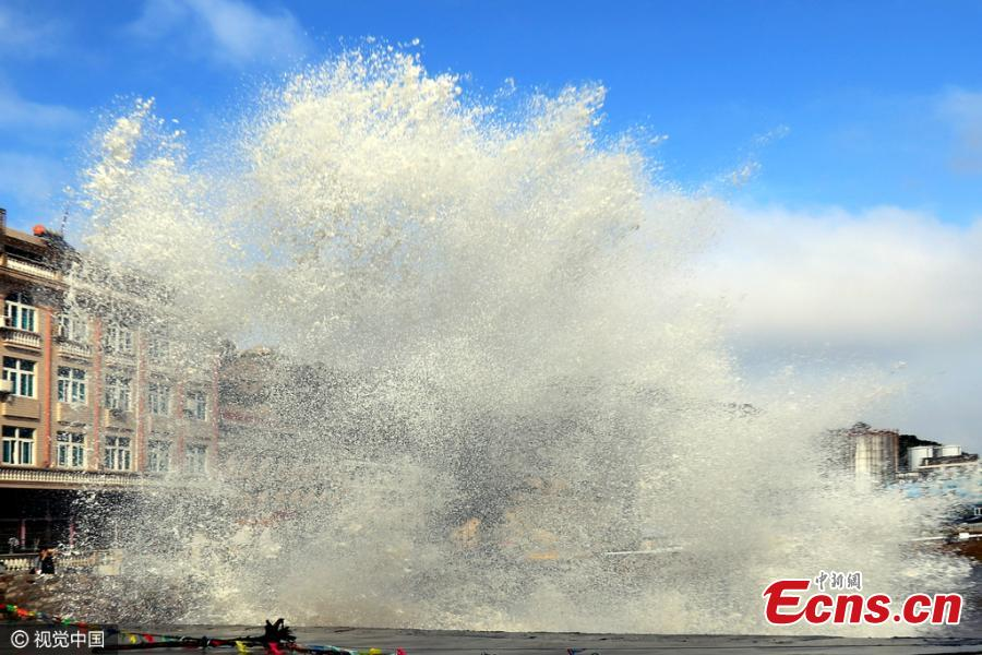 Approaching Typhoon Megi triggers wages in E China village