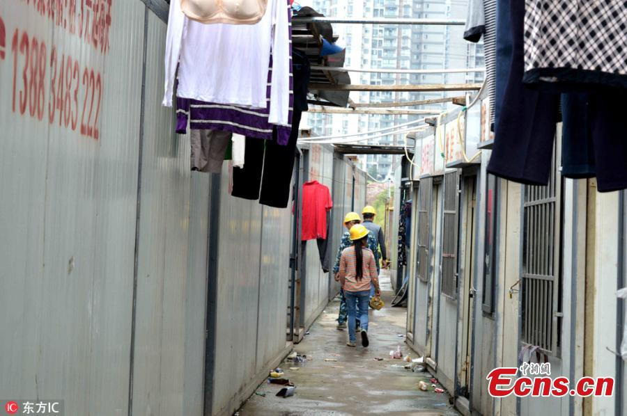 Container-turned room for eight people costs 3 yuan a day