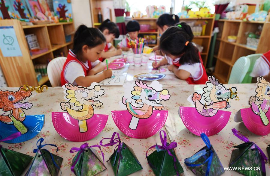 Kids prepare for Dragon Boat Festival