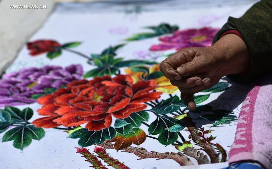 Successor of intangible cultural heritage of Ningxia makes embroidery works