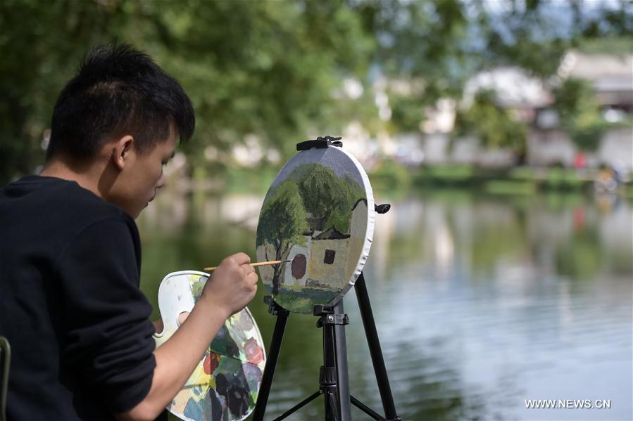 Students sketch from scenery in E China's Hongcun