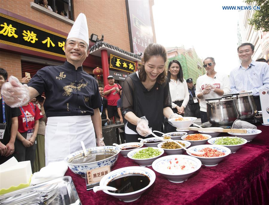 Li Na tastes local delicacy during WTA Wuhan Open