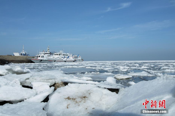 Sea ice covers Yellow Sea in NE China's Dalian