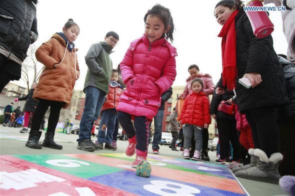 Children play traditional games at temple fair in Beijing