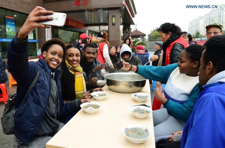 Foreign students get taste of Laba Festival in Jiangsu