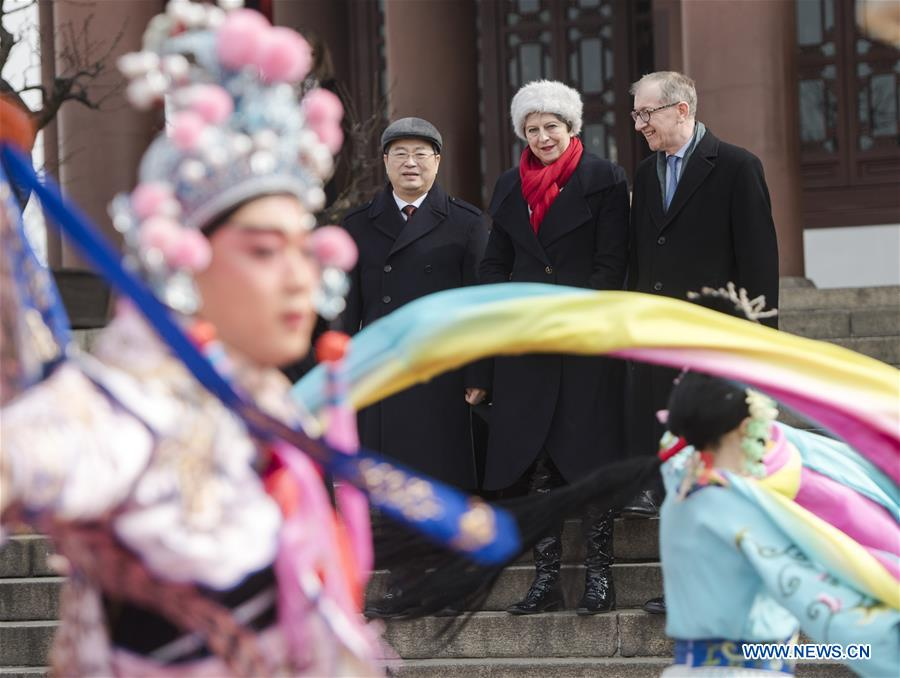 May watches Peking Opera performance in Wuhan's Yellow Crane Tower