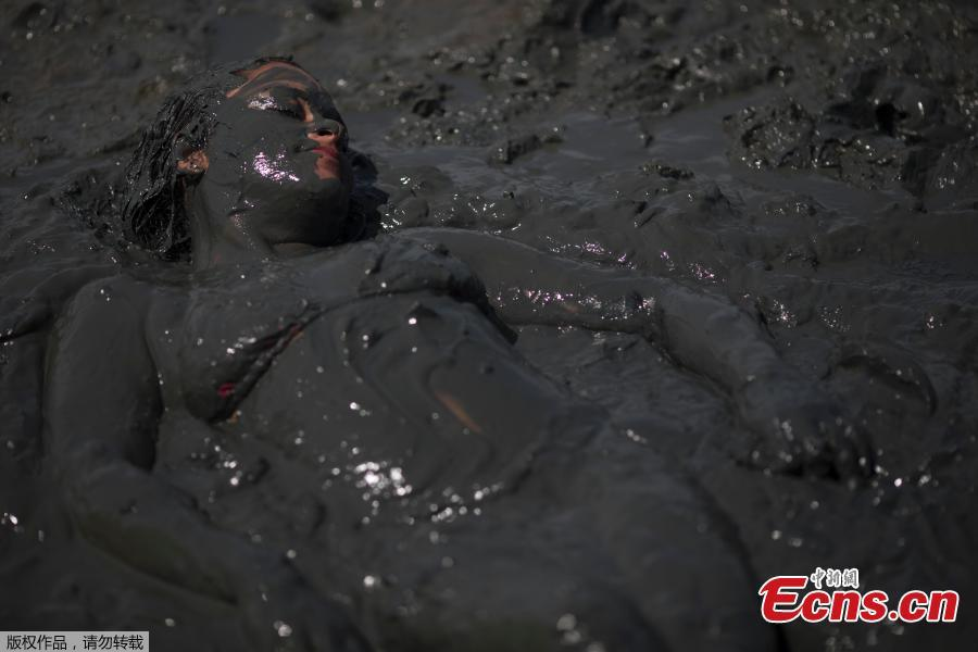 Flying sludge at Brazil carnival 'mud party'