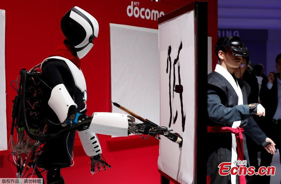 5G robot writes calligraphy at Mobile World Congress