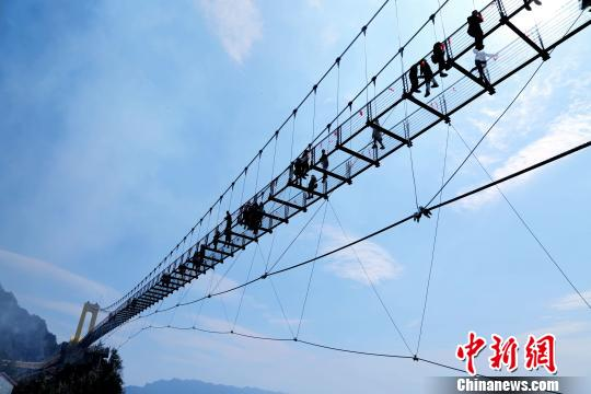 China's highest glass walkway opens to the public