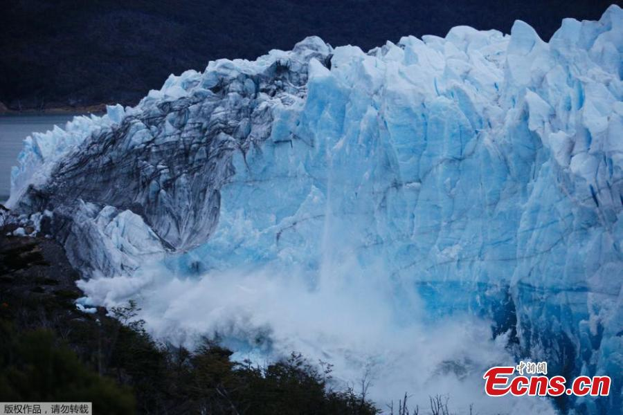 Ice bridge collapses at Perito Moreno Glacier