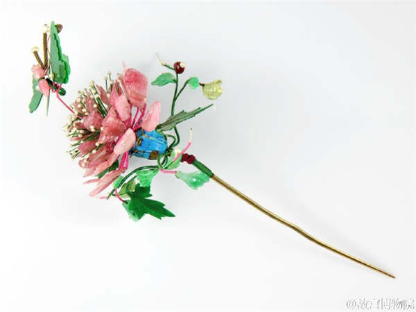 Flower hairpins brighten the spring