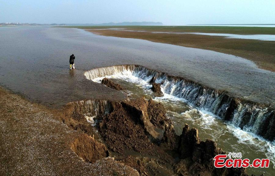 Rain creates waterfall in Poyang Lake