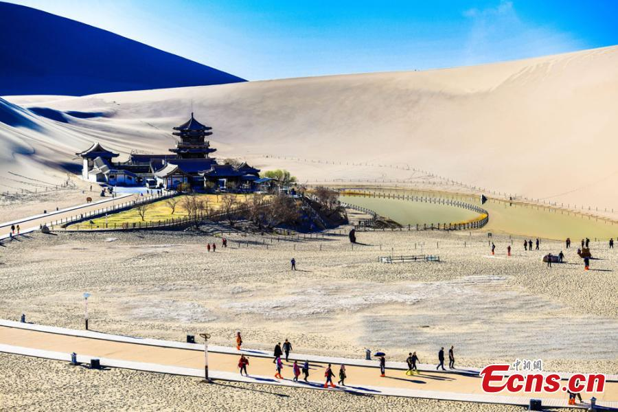 Tourists flock to 'singing sand' in Dunhuang