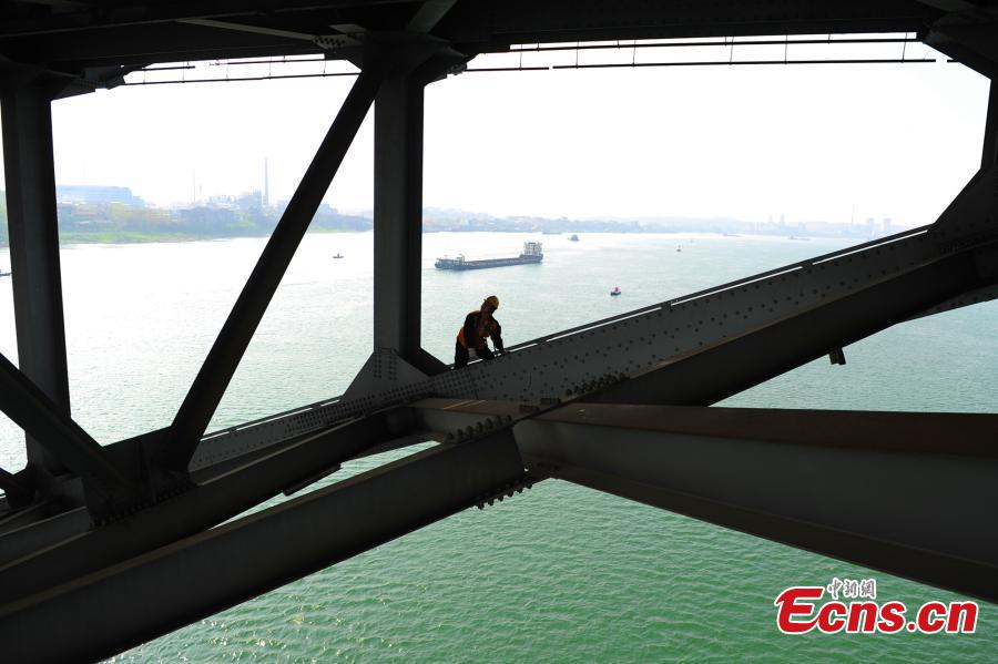 Workers risk life to ensure safety of Yangtze River bridge
