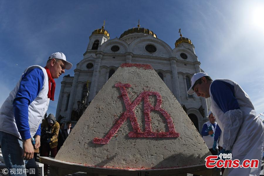 Russian Easter cake, 1,141 kilograms, sets Guinness record