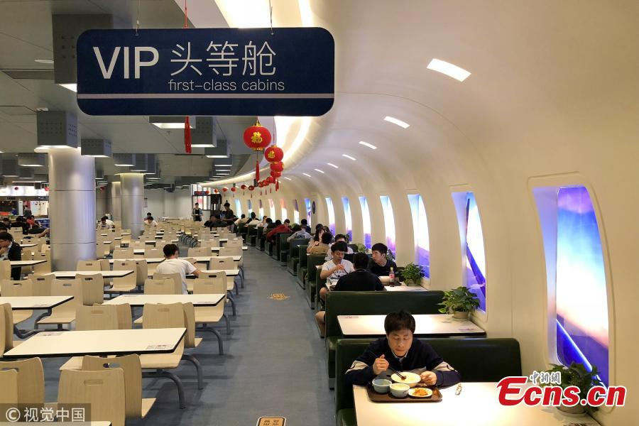 Students dine like plane passengers at Nanjing university