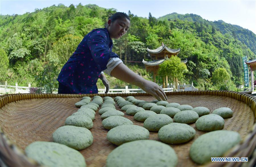 Local people make steamed Baba in Hubei
