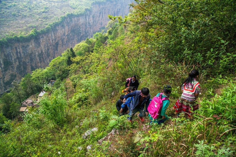 Guizhou teacher escorts students climbing a cliff to school for 31 years