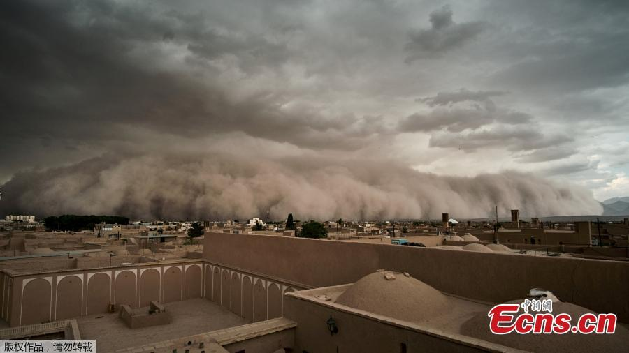 Strong sandstorm sweeps across Iran city