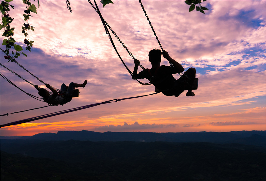 Cliff swing lets Wang Yun Mountain tourists test their mettle