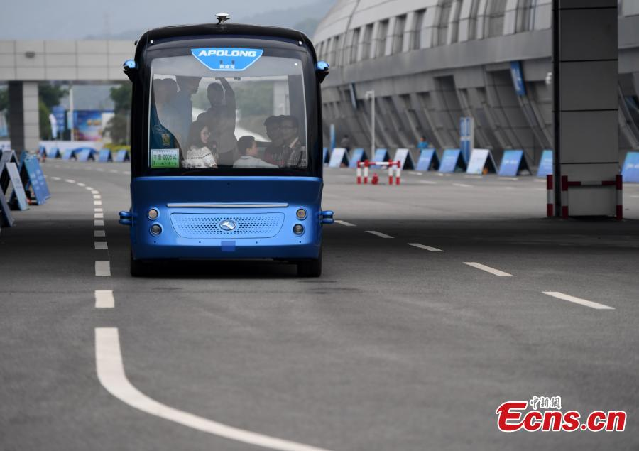 Driverless electric bus offers free ride at Digital China Summit