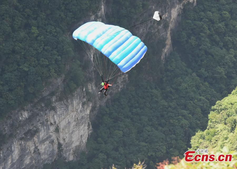 Basejumper takes 400-meter plunge in Chongqing