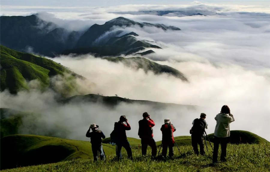 Sea of clouds covers Wugong Mountain in Jiangxi
