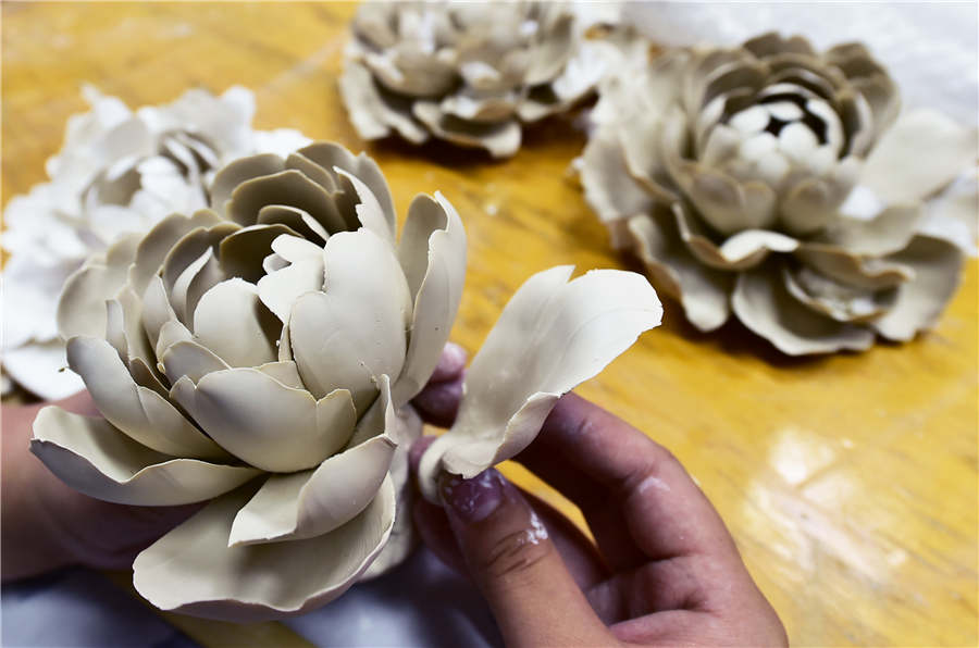 Porcelain peonies shine in Luoyang