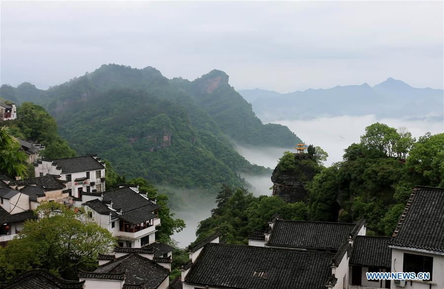 Misty landscapes in Hunan province enchant tourists