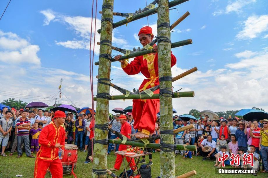 Barefooted blade climbers on hand to kick off ancient Chinese festival