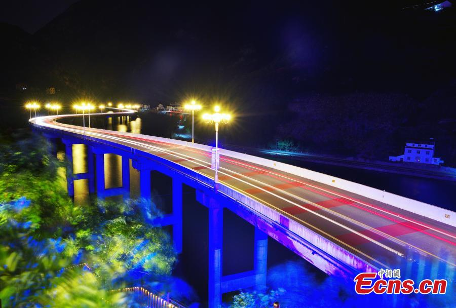Road over Three Gorges Reservoir now a tourism charm
