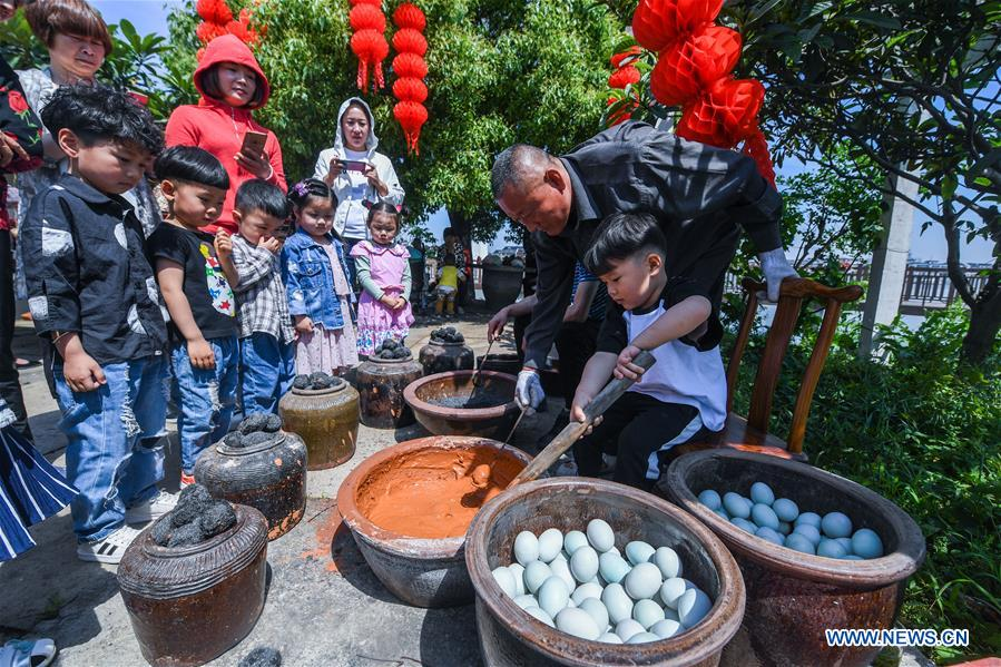 People greet 'Lixia' in Tangqi ancient town