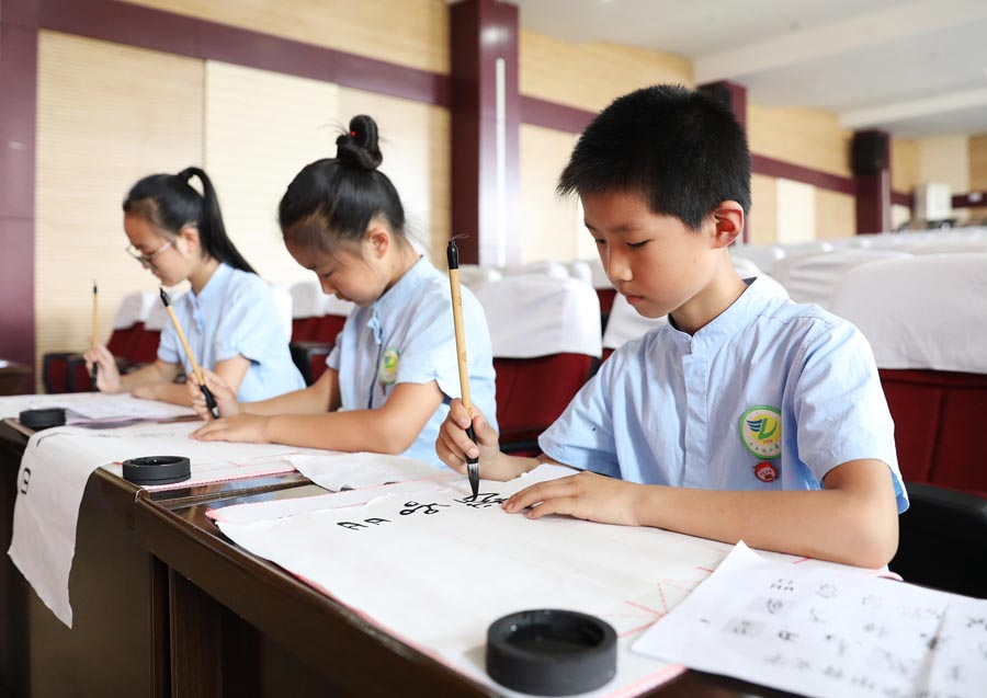 Chongqing school teaches ancient oracle-bone inscriptions