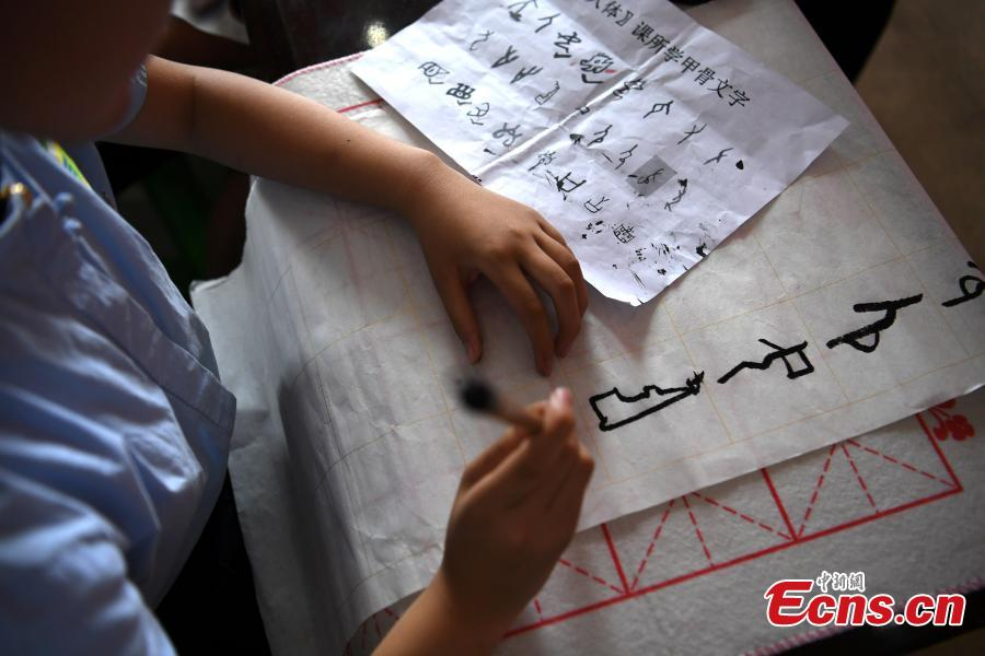 Elementary students learn about the 'oracle bone script'