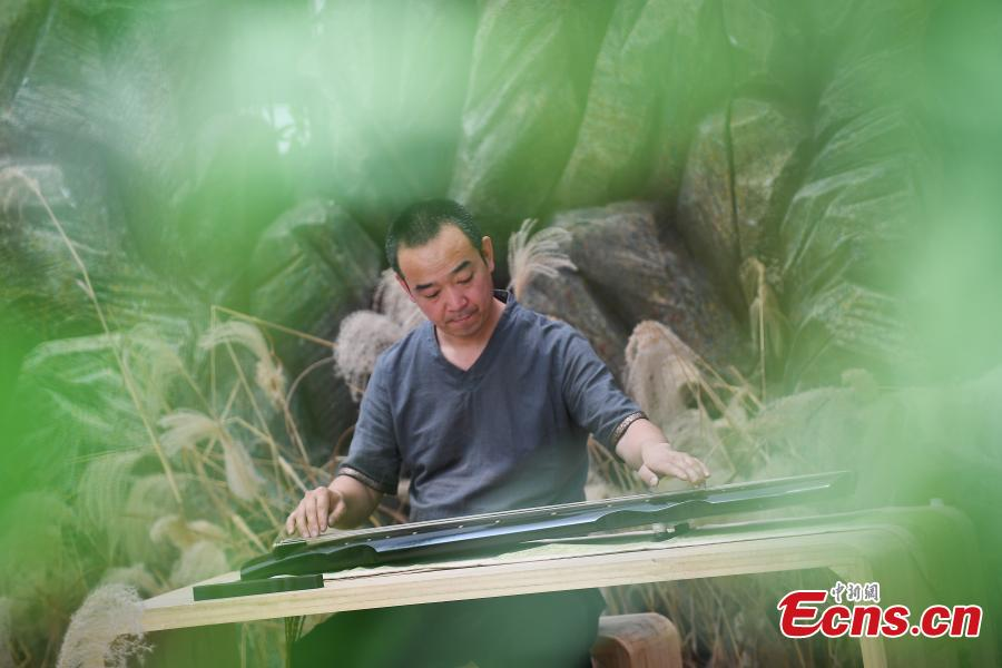 Man dedicated to traditional guqin-making