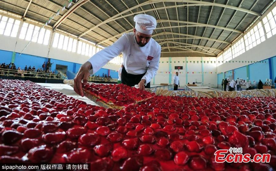 World's largest strawberry cake made in Algeria