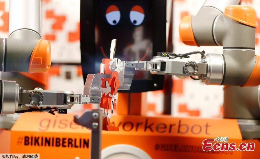 Robot saleswoman debuts in Berlin