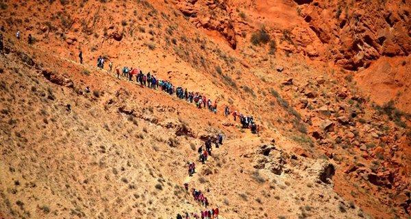 800 outdoor enthusiasts challenge Danxia landform