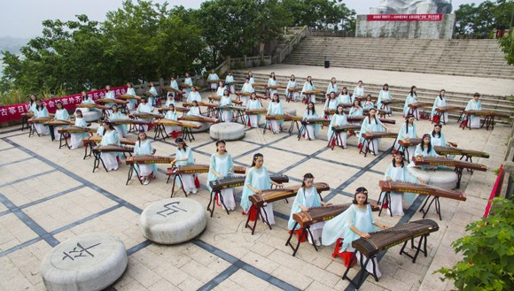 Tens of thousands play Chinese zither across China simultaneously