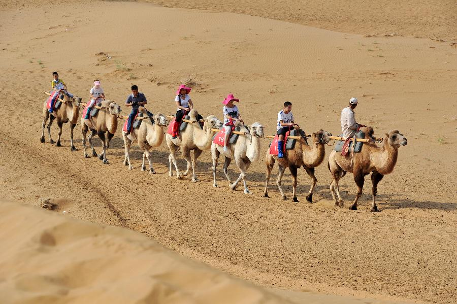 Desert scenery attracts visitors in NW China (1/7