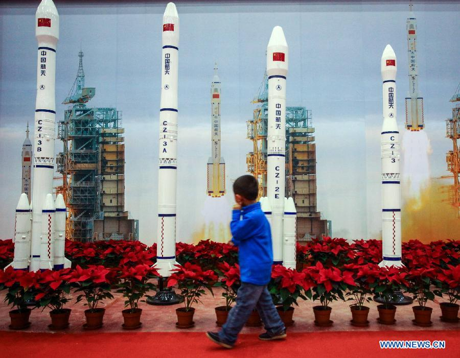 China Manned Space Program Exhibition atracts visitors (3 ...